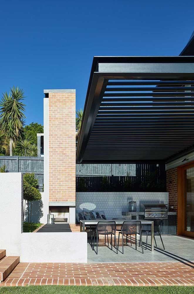 Área gourmet pequena com churrasqueira e uma cobertura que garante a utilização do espaço faça chuva ou faça sol