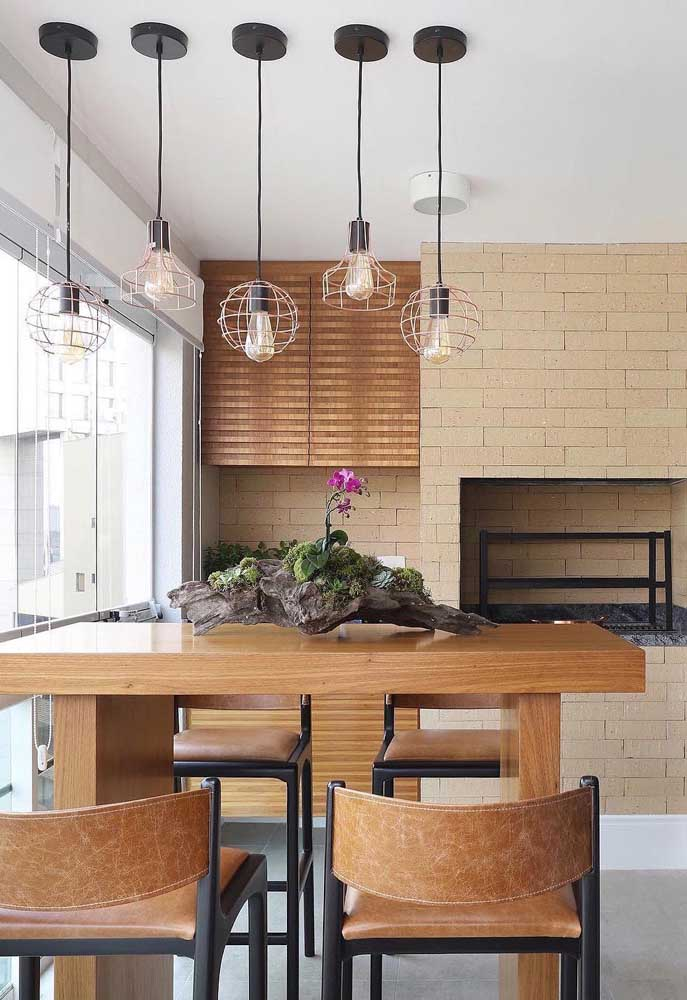 Área gourmet pequena rústica com destaque para os tons terrosos