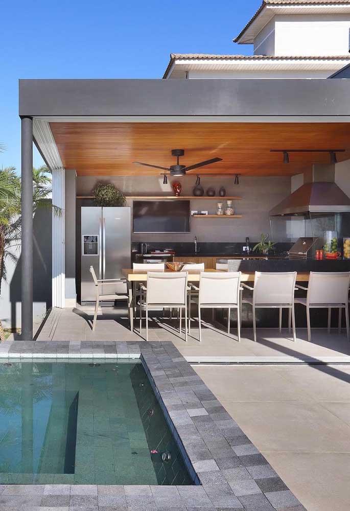 Área gourmet pequena com jardim e piscina