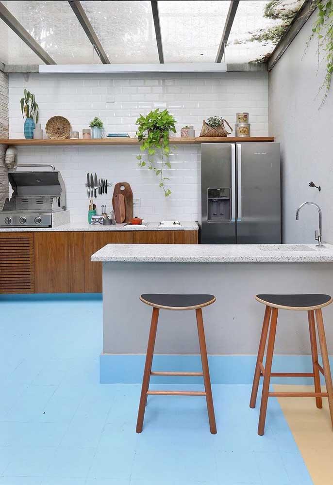 Que tal um piso azul para deixar a área gourmet diferentona e cheia de estilo?