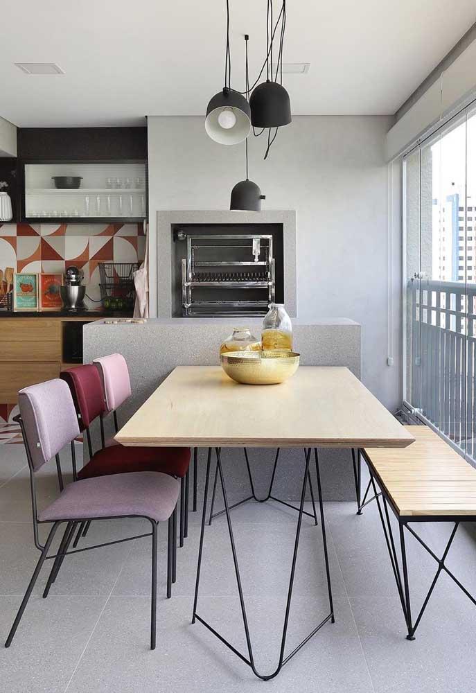 Área gourmet pequena de apartamento com varanda envidraçada: segurança e conforto