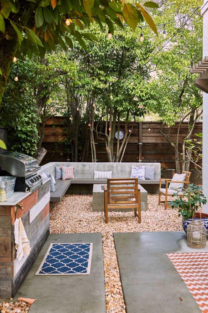 Como não cair de amores por essa área gourmet pequena totalmente integrada ao jardim e a natureza?