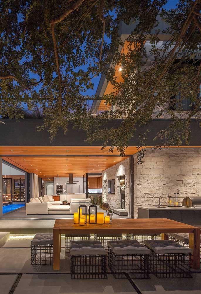 Área gourmet pequena rústica na área externa da casa. As plantas são fundamentais para garantir o clima do ambiente