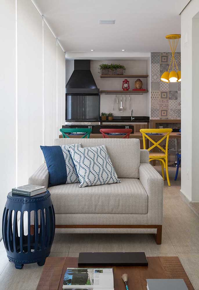 Área gourmet pequena de apartamento. Para deixar o ambiente mais confortável, use cortinas