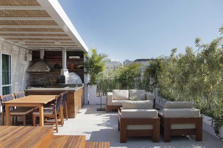 Área gourmet pequena em terraço. Plantas e luz do sol para tudo ficar ainda melhor
