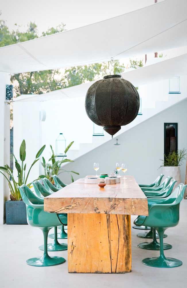 O contraste de estilos é o que se destaca na decoração dessa área gourmet pequena