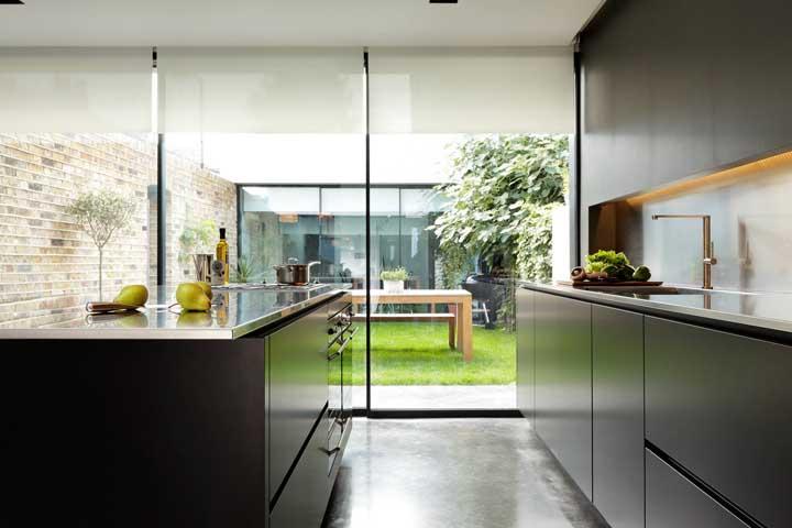 Porta de vidro para ampliar o espaço da área gourmet pequena
