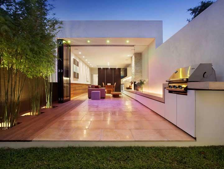 Pense na varanda gourmet para ser usada de dia e de noite. Para isso, capriche na iluminação artificial