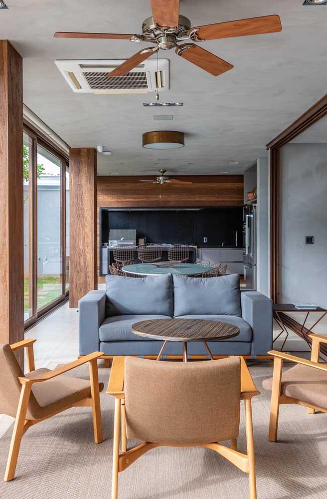 Área gourmet pequena com integração total com a parte interna da casa