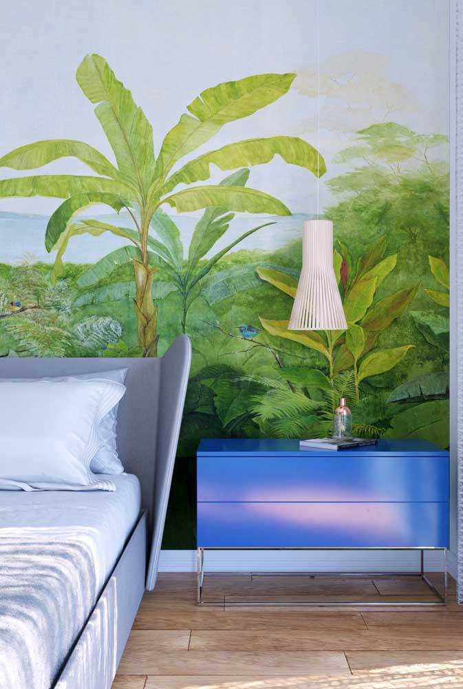 Azul clássico combinado ao tom de verde do papel de parede