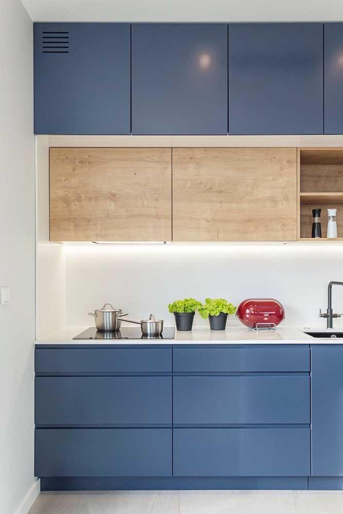 Que tal fugir do comum é apostar em armários de cozinha azuis?