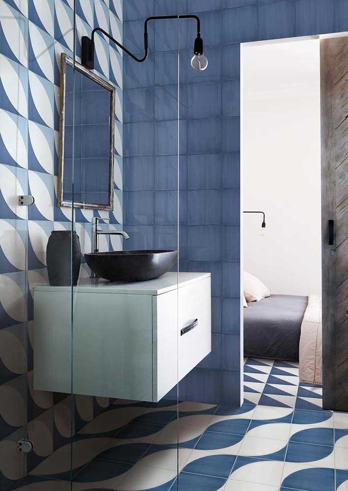 No banheiro, o azul clássico pode ser usado como cor dos revestimentos