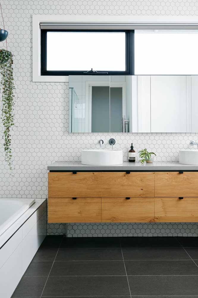 Olha que belo armário de madeira para colocar no banheiro simples.