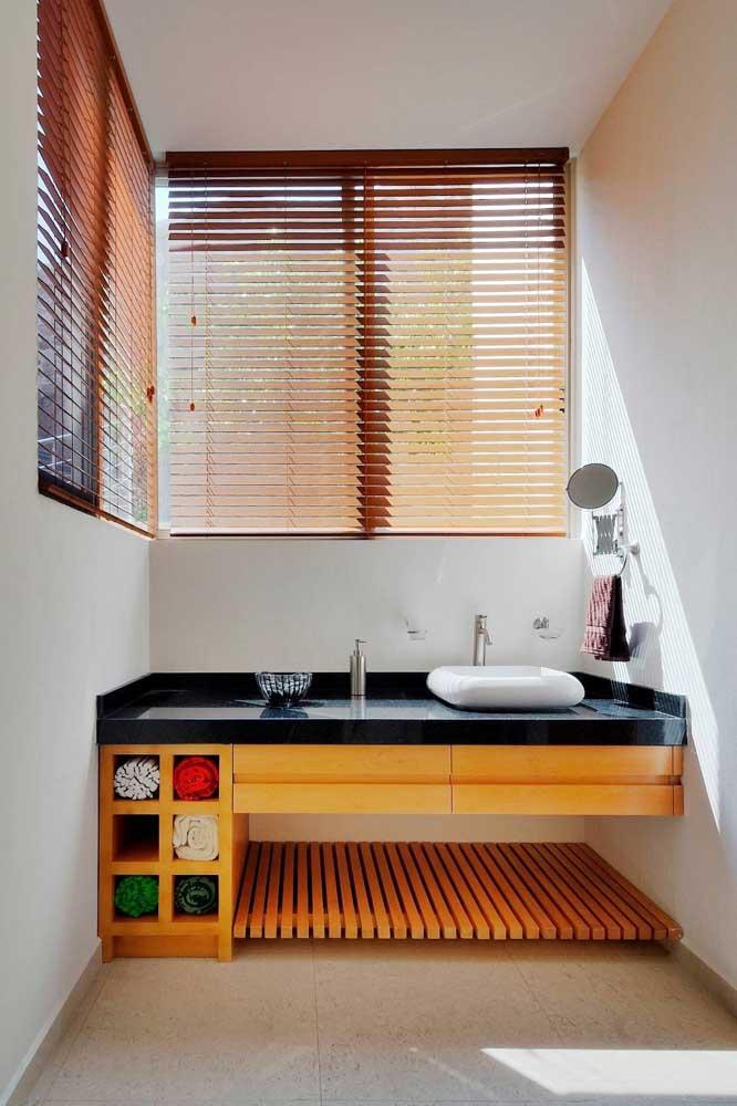 Veja como organizar um banheiro simples com móveis funcionais.