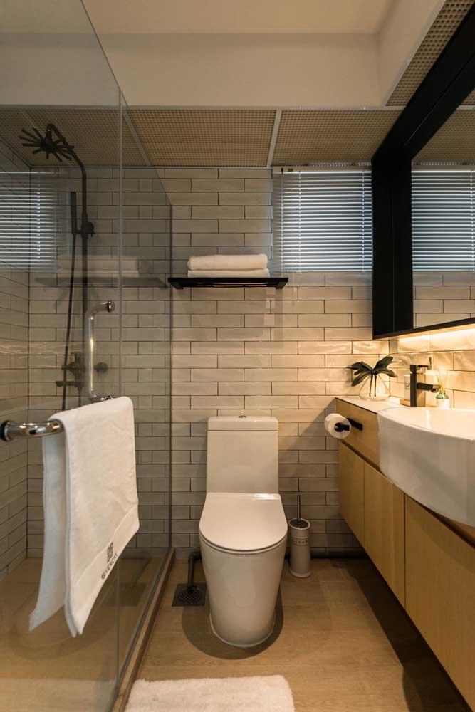 O banheiro pode ser simples e pequeno, mas sempre limpo e organizado.