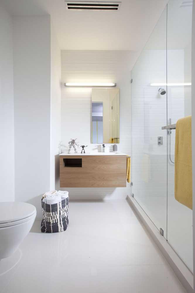 Aposte em acessórios simples para organizar os itens do banheiro.