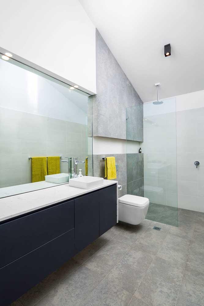 Piso e parede feito de cimento queimado deixa o banheiro simples e moderno.