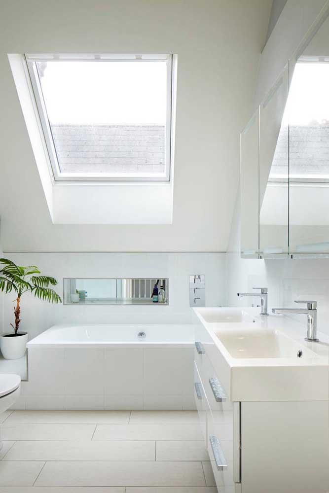 Para criar um ambiente minimalista nada melhor do que apostar no banheiro de cor clara.