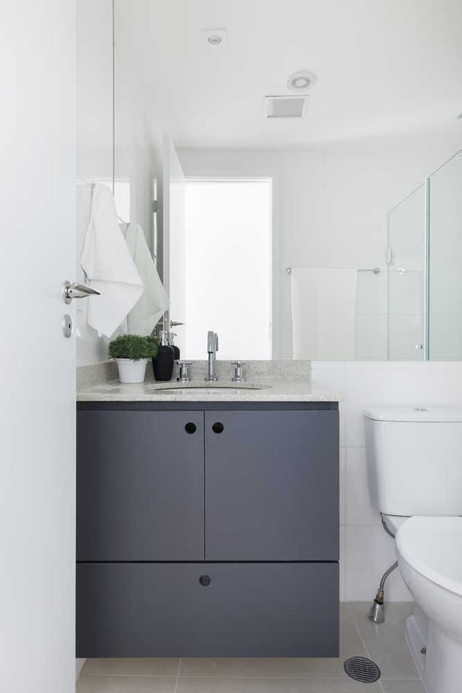 A escolha das cores da decoração do banheiro simples pode influenciar no ambiente.