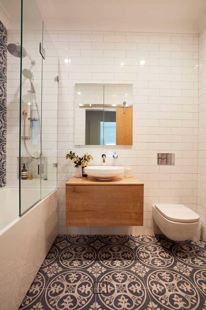 O charme desse banheiro simples fica por conta da escolha da estampa do piso.