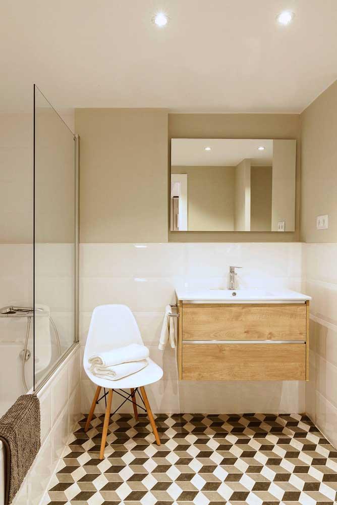 Já nesse banheiro a estampa do piso faz contraste com o restante da decoração.