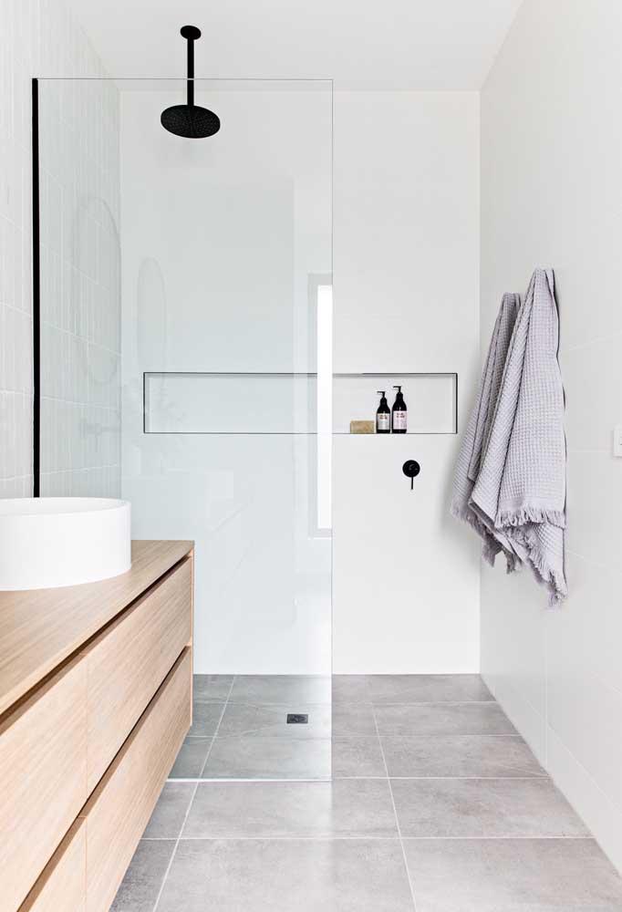 Menos é mais é a regra do minimalismo para ter um banheiro simples e bonito.