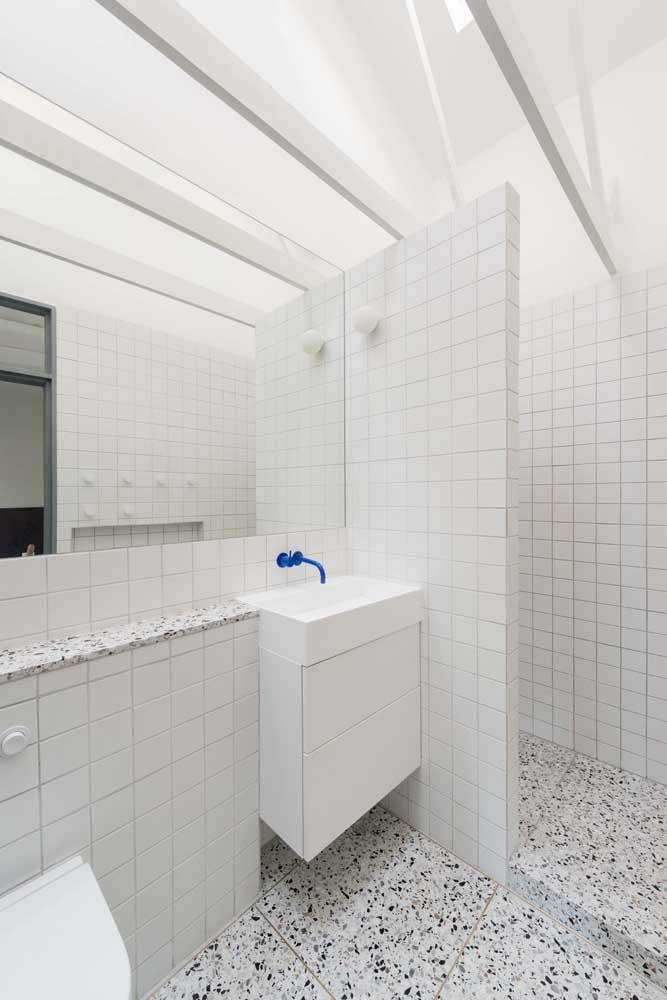 Aposte na cor branca se você não quer errar na decoração do banheiro simples.
