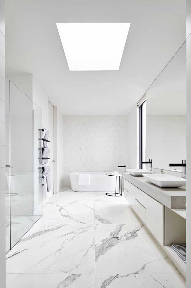 Quem não gostaria de ter um banheiro simples, mas espaçoso como esse?