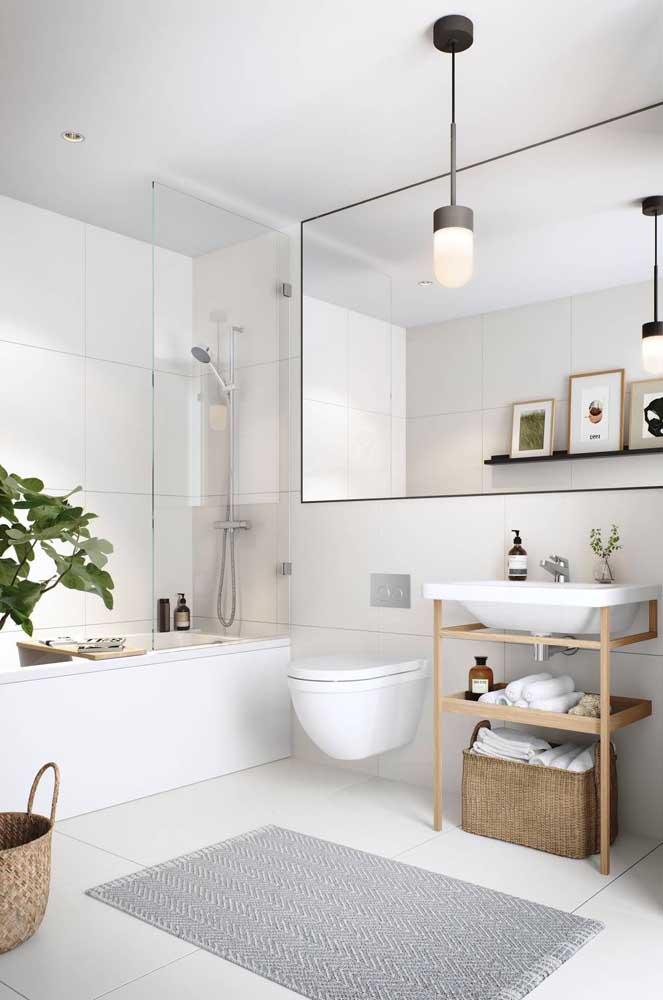Troque o armário de banheiro por cestos artesanais para manter a decoração rústica.