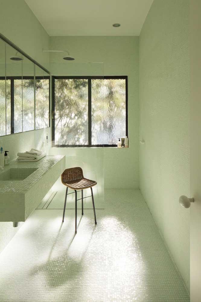 Você já pensou em fazer uma decoração com a cor verde para ter um banheiro simples?
