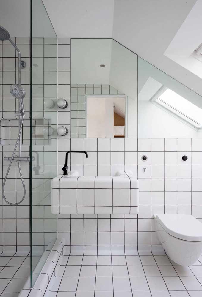 Veja que revestimento interessante para um banheiro simples, mas original.