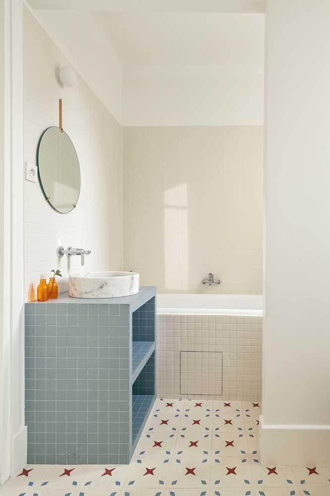 O que acha de fazer uma decoração colorida no banheiro simples?