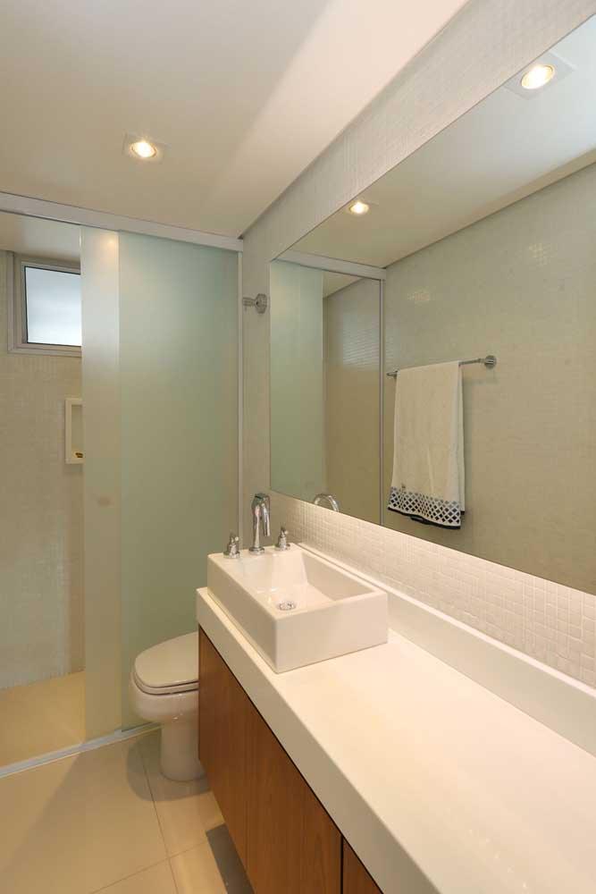 Um espelho grande e uma iluminação impecável transformam qualquer ambiente.