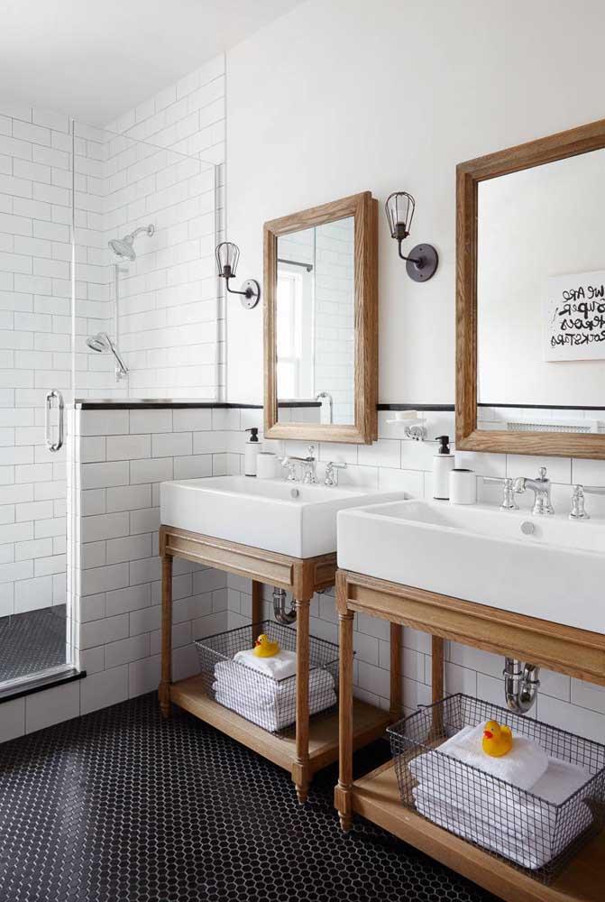 Se o casal não abre mão da sua privacidade, nada melhor do que cada um ter seu próprio lavabo, mesmo que o banheiro seja simples.