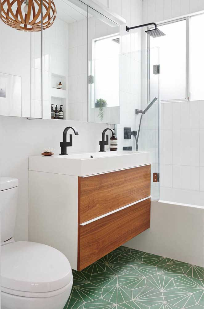 Use o armário no banheiro para organizar os itens de limpeza e higiene pessoal.