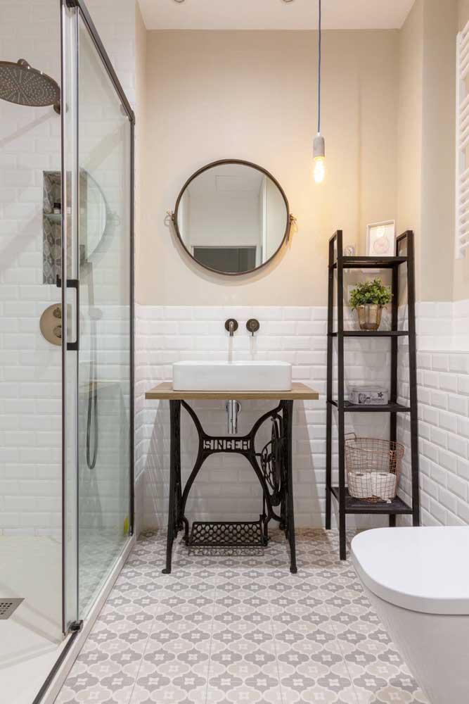 Que tal usar móveis e peças antigas para fazer uma decoração diferenciada no seu banheiro simples?