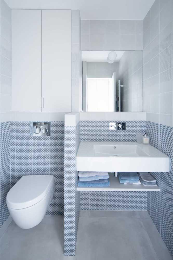 Combinar as cores branco e azul é garantia de um lugar mais espaçoso e elegante.