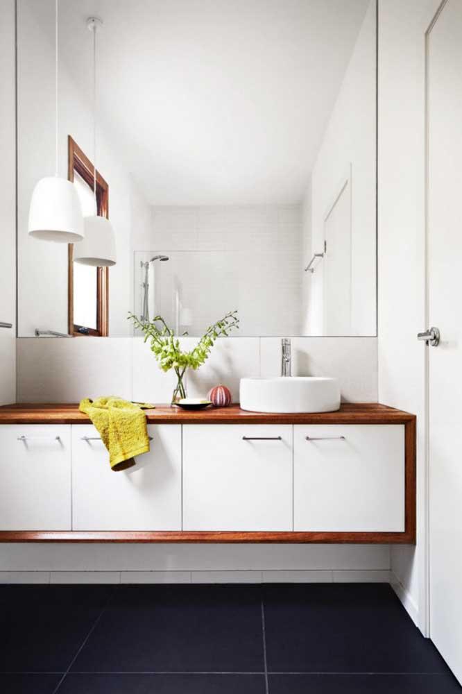Se você tiver espaço amplo dentro do banheiro coloque um armário grande para guardar todos os itens do cômodo.