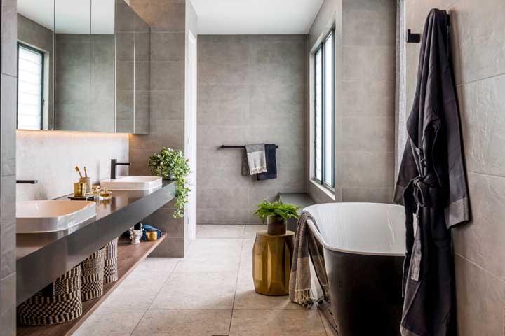 O banheiro simples não precisa ser tão simples assim, já que é possível usar a criatividade para fazer uma decoração diferenciada.