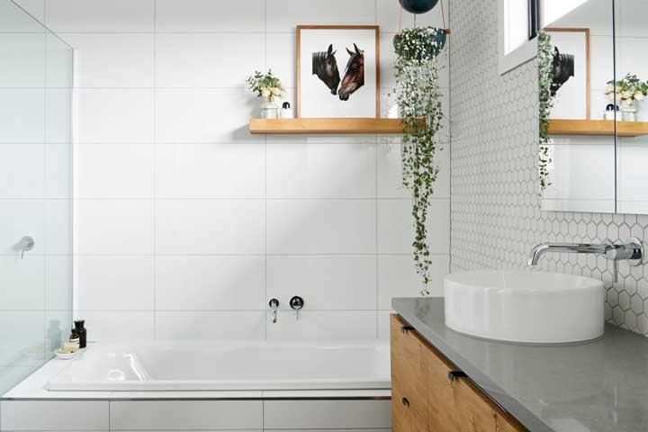 Você já pensou em acrescentar um belo quadro na decoração do banheiro simples?