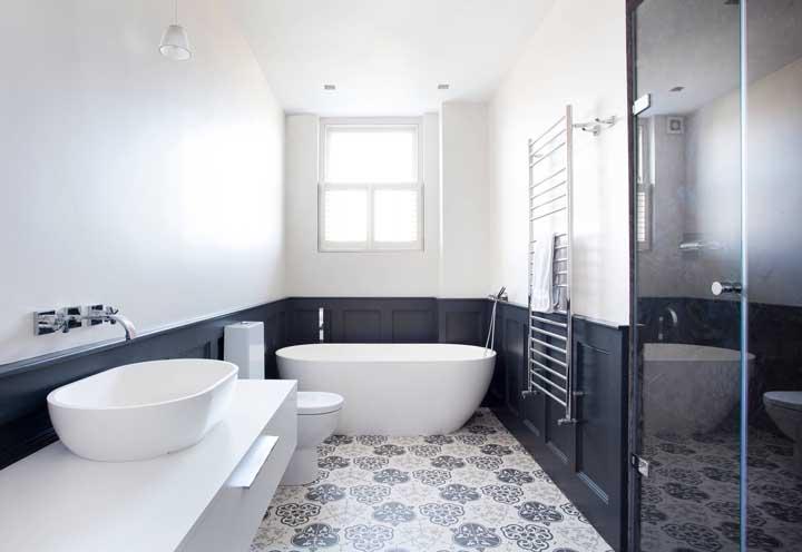 Se você não acreditava na combinação preto e branco, olha esse banheiro como fica um charme só.