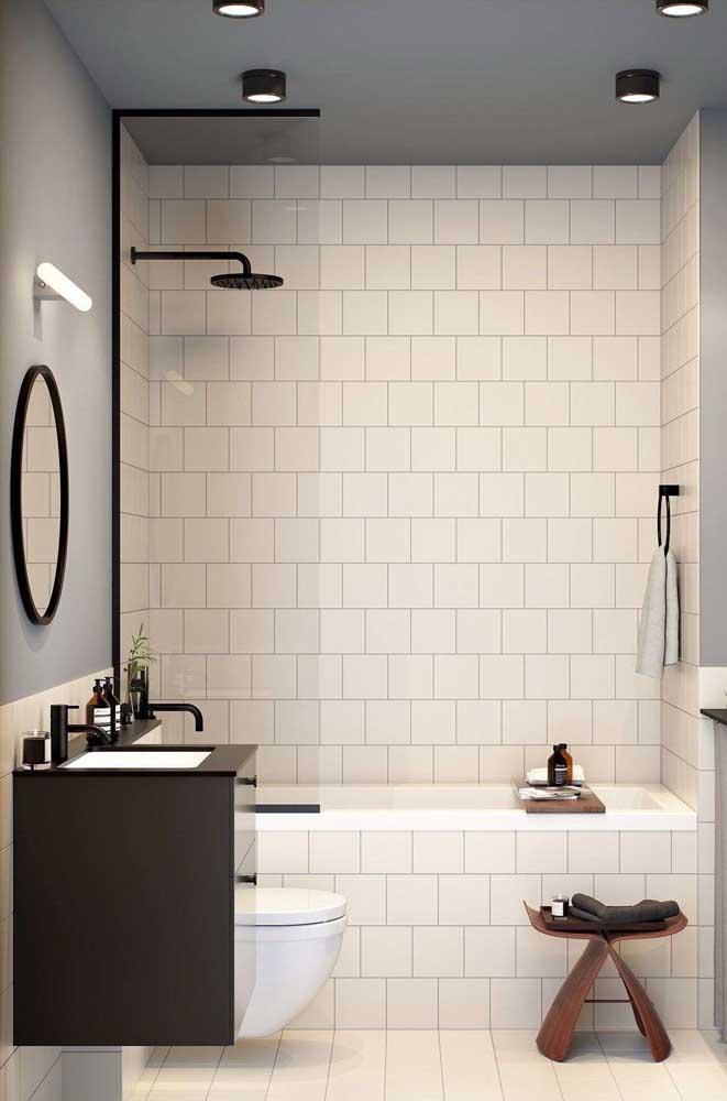 A cerâmica é uma ótima opção para diferenciar as áreas dentro do banheiro.