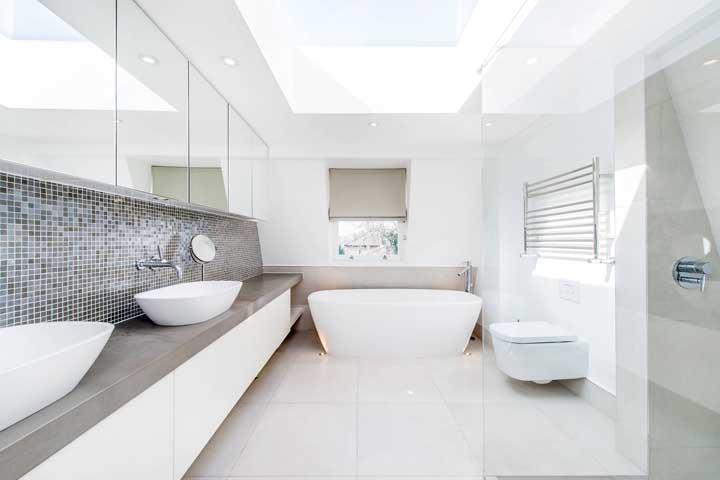 Que tal relaxar dentro de uma banheira depois de um dia cansativo e intenso?