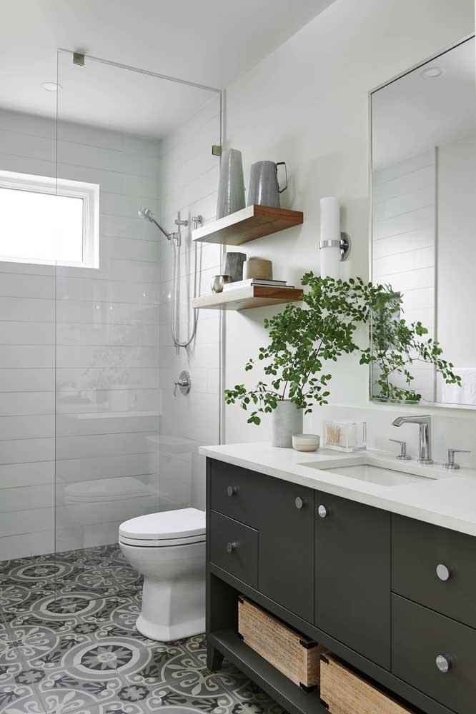 Um vaso de plantas transmite vida para um banheiro simples, além de permitir ficar mais próximo da natureza.