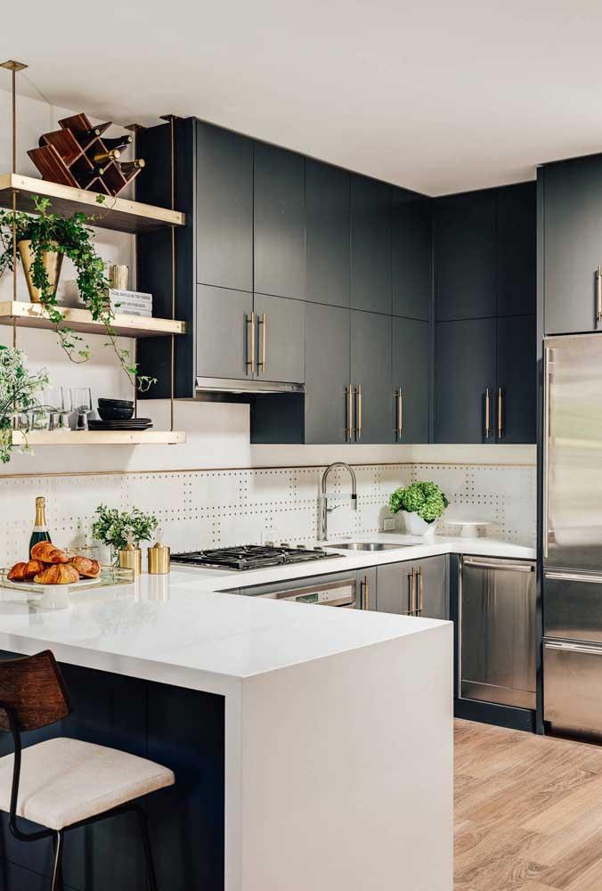 Cozinha em U moderna. Destaque para o uso das prateleiras