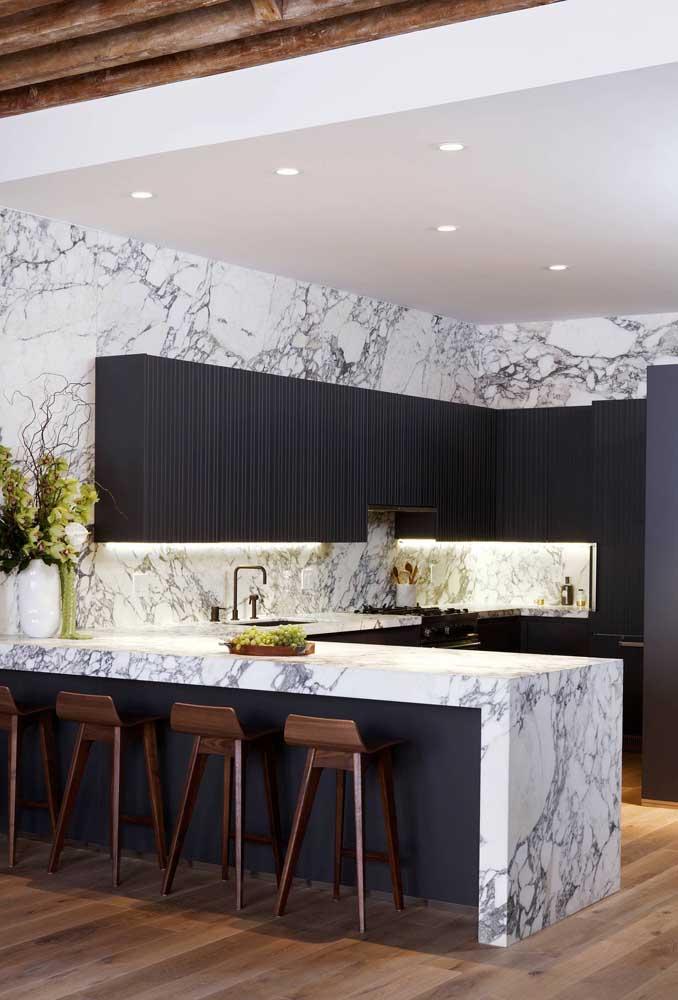 O que acha de um revestimento de mármore para a cozinha em U?