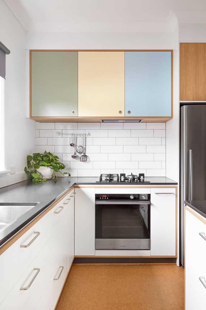 Quer dar um toque de graça na sua cozinha em U? Envelope algumas portas de armário com adesivo colorido