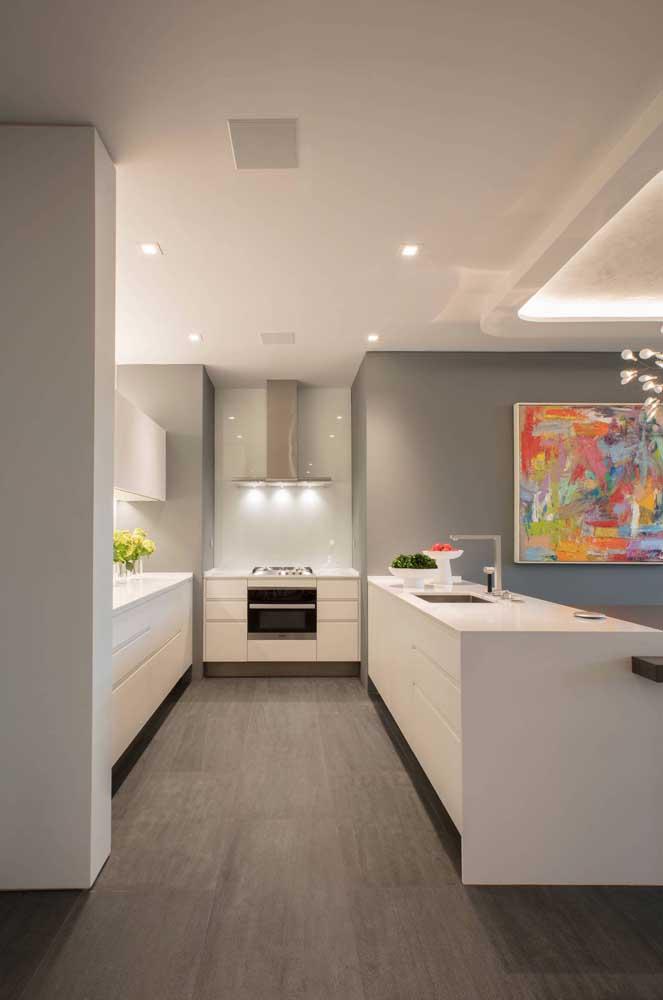 Cozinha em U grande integrada a sala de estar, inclusive na decoração