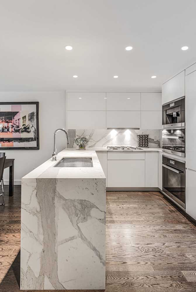 Substitua a terceira parede com uma bancada, assim você consegue integrar a cozinha com a sala