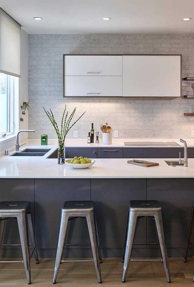 Cozinha em U simples, moderna e bem resolvida